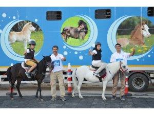 Çocuklar pony atlarıyla eğlendi