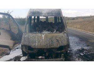 Seyir halindeyken alev alan karpuz yüklü kamyonet küle döndü
