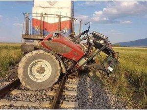 Afyonkarahisar'da tren traktöre çarptı, 1 kişi hayatını kaybetti