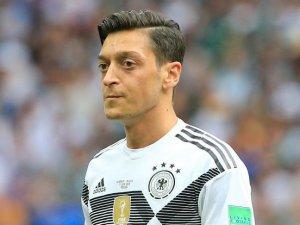 Mesut Özil'in milli takım kararı Almanya'da manşetlerde