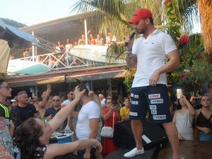 Sinan Akçıl'ın plaj konseri yoğun ilgi gördü
