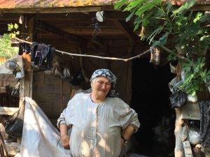 Evi yanan yaşlı kadın kömürlükte yaşam mücadelesi veriyor