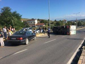 Kamyonet sürücüsü kaza yaptı yol trafiğe kapandı