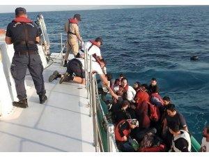 Bindikleri lastik botun motoru arıza yapan 37 kaçak göçmeni sahil güvenlik kurtardı
