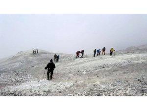 Vanlı dağcılar 5671 rakımlı İran'ın Demavend Dağı'na tırmandı