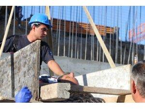 Yaralı işçi tahtadan sedye ve vinçle kurtarıldı