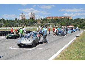 Üniversite öğrencileri tasarladıkları elektrikli araçlarıyla kıyasıya yarıştı