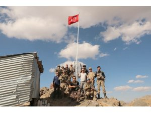 Vali Toprak, üs bölgesindeki askerlerle bayramlaştı