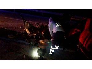 Samsun'da otomobil beton bariyere çarptı: 1 ölü,1 yaralı
