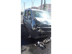 Hafif ticari araçla otomobil çarpıştı: 9 yaralı