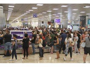 Atatürk Havalimanı'nda bayram dönüşü yoğunluğu