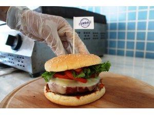 Osmanlı hamburgeriyle geleneksel Türk tadlarını yeni nesile aktarmaya çalışıyor