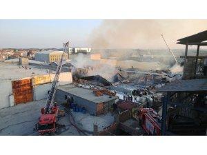 Arnavutköy'deki fabrika alev alev yanıyor