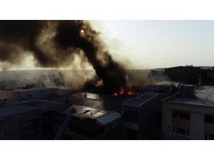 Arnavutköy'de bir fabrikada yangın çıktı. Olay yerine çok sayıda itfaiye ekibi sevk edildi.