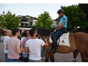 Atlı Jandarmalar tatilcilerin ilgi odağı