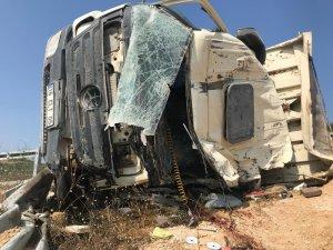 Bursa'da kamyon çelik bariyerlere çarptı: 1 ölü