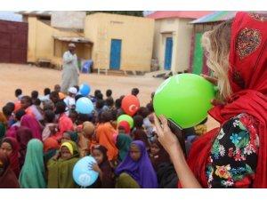 Gamze Özçelik Somali'de mültecilere yardım dağıttı