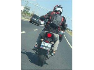 Plakasını gizleyen motosikletli, trafikte terör estirdi