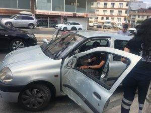 Direksiyon hakimiyetini kaybederek direğe çarpan şoför araçta sıkıştı