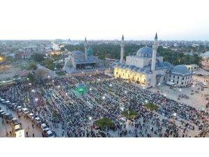 Binlerce çocuk sabah namazında Mevlana Meydanını doldurdu