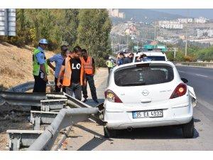 Bariyerlere çarpan araçta 2 kişi yaralandı