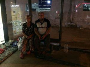 Yüzde 80 engelli oğluyla otobüs durağında yatan annenin yardım çığlığı