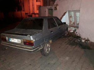 Kontrolden çıkan otomobil eve girdi: 1 yaralı