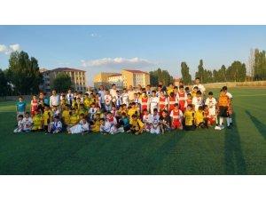 Bursa MUŞ İLDER'den Hasköylü sporculara malzeme desteği