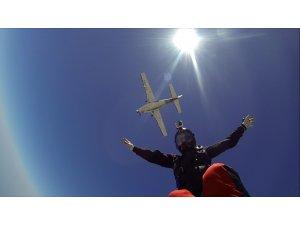 Sahneye paraşüt ile inecek