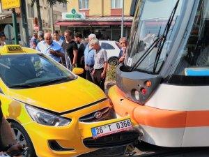 Tramvay ile taksi çarpıştı; 1 yaralı