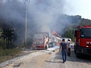 Köşk'te saman yüklü iki kamyon kül oldu