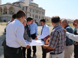 Vali Aktaş, Ürgüp'te yapılacak okul arsasında incelemede bulundu