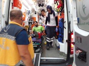 Çöp toplama kamyonu ile taksi arasında kalan işçi yaralandı