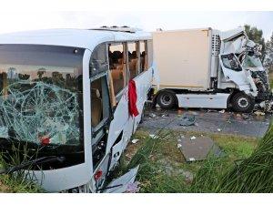 Rus turistleri taşıyan midibüse tır çarptı: 11'i turist 13 yaralı