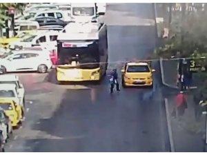 Otobüsten inen kadın, seyir halindeki taksiye çarptı