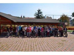 12 çocuğa bisiklet hediye edildi