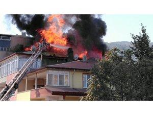 Tokat'ta 3 katlı binanın çatısı alev alev yandı