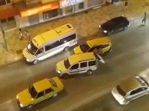 Şehir magandaları taksi şoförüne sokak ortasında dehşeti yaşattı