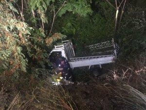 Menfeze uçan kamyonetin sürücüsü araçta sıkıştı