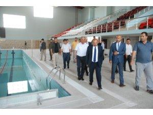 Vali Ustaoğlu yarı olimpik yüzme havuzunda incelemelerde bulundu