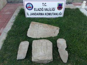 Elazığ'da tarihi mezar taşları ile 2 şüpheli yakalandı