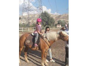 NEVÜ'de engelli çocuklara atlı terapi uygulanıyor
