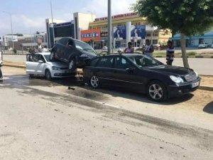 Otomobil park halindeki araçların üzerine çıktı: 1 yaralı