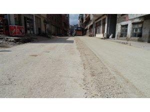 Cadde ve bağlantıları sıcak asfaltla buluşuyor