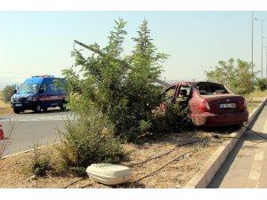 Askerlerin bulunduğu otomobil aydınlatma direğine çarptı: 1 ölü, 2 yaralı
