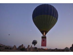 Kapadokya'da balonlar Türk bayraklarıyla havalandı