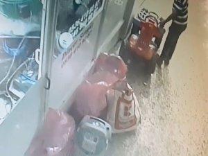 Oyuncak akülü ATV'yi dükkan önünden çaldı