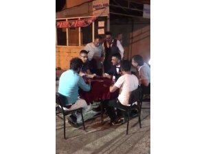 Düğün konvoyunun önünü masayla kesip, damada kağıt oyunu oynattılar