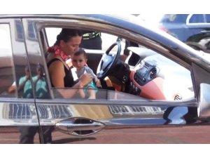 Kucağında çocukla trafiğe çıkan kadın sürücüye ceza