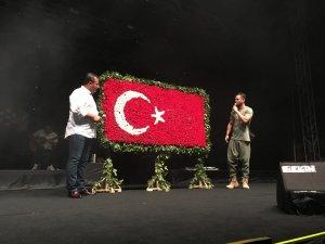 Menderes Zafer Bayramı'nı Murat Boz'la kutladı